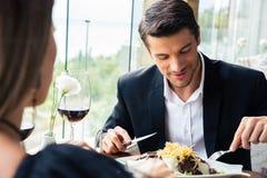 Pares que comen en restaurante Fotos de archivo