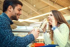 Pares que comen en restaurante de los alimentos de preparación rápida Fotografía de archivo