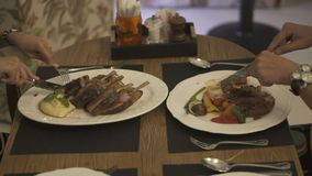 Pares que comen la cena deliciosa en un restaurante almacen de metraje de vídeo