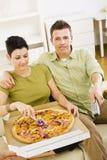 Pares que comen la pizza Imagen de archivo libre de regalías