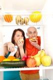 Pares que comen las tortas Imagen de archivo libre de regalías
