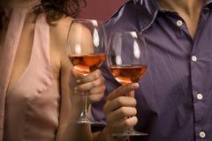 Pares que comparten un vidrio de vino rojo Fotografía de archivo