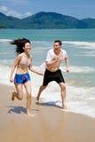 Pares que competem na sagacidade da praia fotografia de stock royalty free
