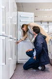 Pares que compran el refrigerador nacional en hipermercado imagen de archivo libre de regalías