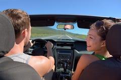 Pares que conducen el coche el vacaciones del viaje del viaje por carretera Fotos de archivo libres de regalías