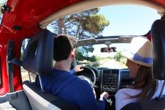 Pares que conduzem no carro do cabriolet Fotografia de Stock