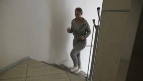 Pares que correm acima as escadas espirais vídeos de arquivo