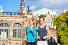 Pares que correm em Zwinger em Dresden Fotografia de Stock