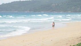 Pares que correm fora na praia Corredores da mulher e do homem que movimentam-se junto fora do comprimento completo do corpo vídeos de arquivo