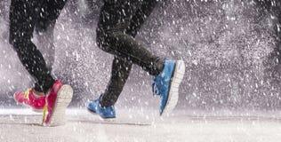Pares que corren en invierno Imagen de archivo libre de regalías