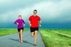 Pares que corren en la carretera nacional Imagen de archivo
