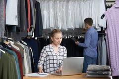 Pares que corren en la línea funcionamiento del negocio de moda en Warehouse imagen de archivo