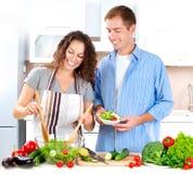 Pares que cozinham junto Imagens de Stock