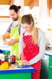 Pares que cozinham no alimento saudável da cozinha doméstica Imagens de Stock Royalty Free