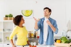Pares que cozinham o alimento e que manipulam o alho em casa Foto de Stock