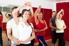 Pares que dançam a dança do Latino Imagens de Stock Royalty Free