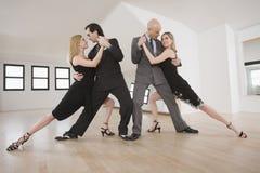 Pares que dançam o tango Imagem de Stock