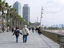 Pares que dan un paseo en Barcelona Foto de archivo libre de regalías