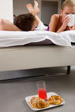 Pares que desayunan en cama Foto de archivo libre de regalías