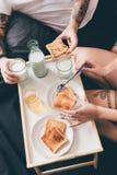 Pares que desayunan junto en cama Fotografía de archivo