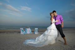 Pares que descansan sobre la playa Imagen de archivo libre de regalías