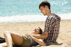 Pares que descansan sobre la playa en verano Fotografía de archivo libre de regalías