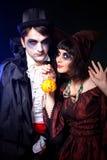 Pares que desgastan como vampiro y bruja. Fotos de archivo libres de regalías