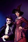 Pares que desgastan como vampiro y bruja. Foto de archivo libre de regalías