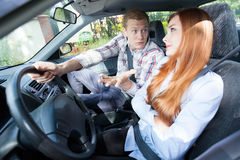 Pares que discuten en un coche Imagenes de archivo