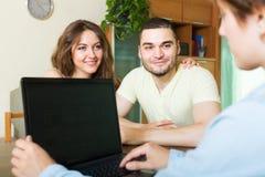 Pares que discuten los detalles del seguro Imágenes de archivo libres de regalías