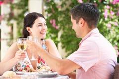 Pares que disfrutan de la comida al aire libre Imagen de archivo
