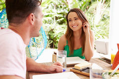 Pares que disfrutan de la comida al aire libre en casa Foto de archivo libre de regalías