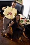 Pares que disfrutan de la comida del restaurante Fotos de archivo libres de regalías