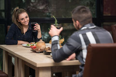 Pares que disfrutan de la comida en restaurante Fotografía de archivo