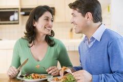 Pares que disfrutan de la comida, mealtime junto Imágenes de archivo libres de regalías