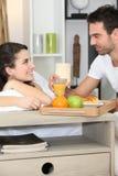 Pares que disfrutan de la comida romántica Foto de archivo libre de regalías