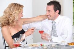 Pares que disfrutan de la comida romántica Fotografía de archivo