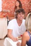 Pares que disfrutan de la comida romántica Fotos de archivo