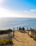 Pares que disfrutan de la visión pacífica en Torrey Pines State Reserve en San Diego Foto de archivo libre de regalías