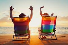 Pares que disfrutan de puesta del sol hermosa fotos de archivo
