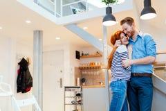 Pares que disfrutan de su nuevo hogar lujoso Foto de archivo libre de regalías