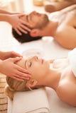 Pares que disfrutan de un masaje principal imagen de archivo libre de regalías