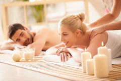 Pares que disfrutan de un masaje trasero Fotos de archivo libres de regalías