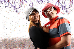 Pares que disfrutan de un partido del carnaval Fotografía de archivo