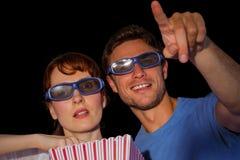 Pares que disfrutan de una noche de película Imagen de archivo libre de regalías