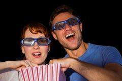 Pares que disfrutan de una noche de película Imagen de archivo