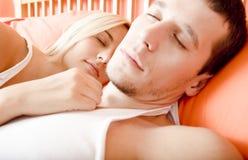 Pares que dormem na cama fotos de stock royalty free