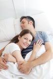 Pares que dormem na cama Foto de Stock Royalty Free