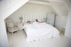 Pares que dormem na luz e no Airy White Bedroom imagem de stock