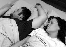 Pares que duermen en cama foto de archivo libre de regalías